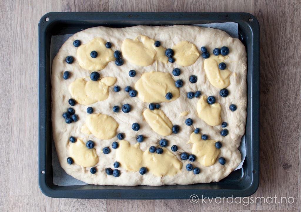 bollefoccacia med vaniljekrem og blåbær