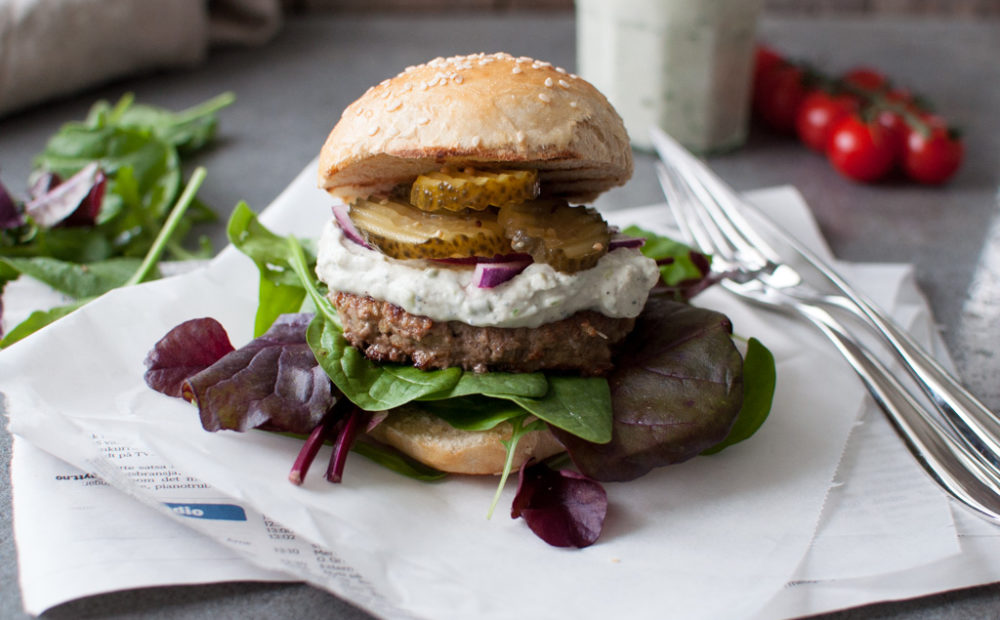 hamburger med blåmuggdressing