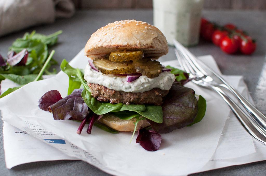 hamburger med blåmuggdressing