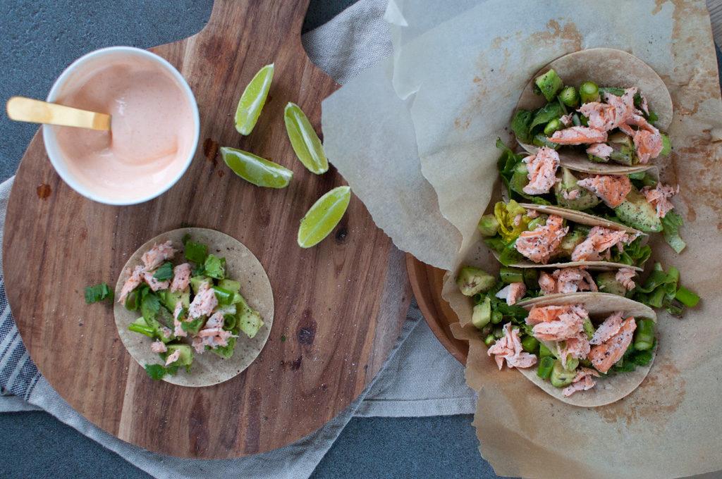tortilla med laks, avokado og spicy dressing