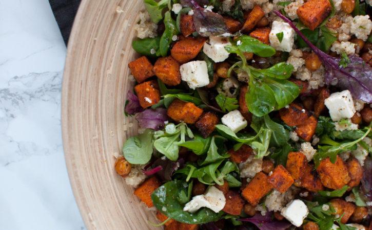 quinoa, kikert, søtpotet og feta salat