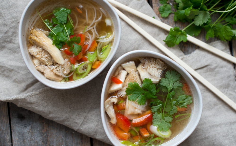 asiatisk nuddel og grønsaksuppe