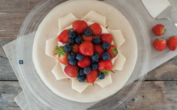 marsipankake med friske bær