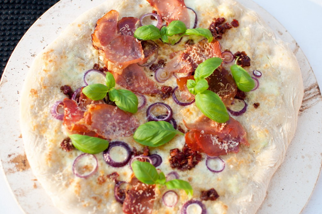 kvit pizza med spekeskinke og parmesan