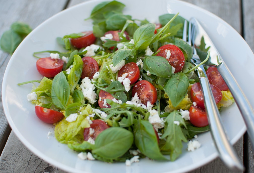 tomat- og basilikumsalat
