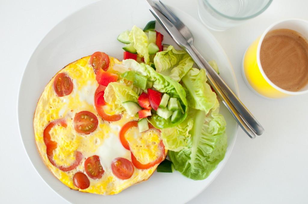 Omelett med tomat og paprika