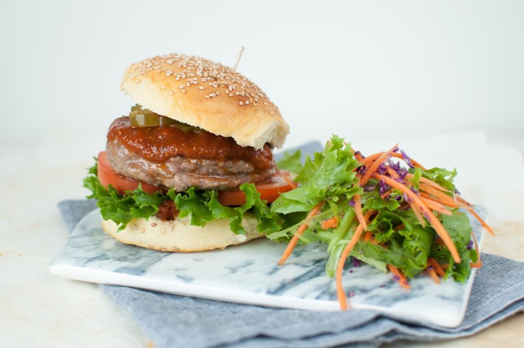 hamburger med bbq-saus