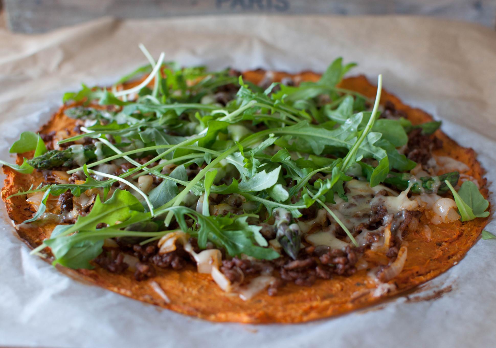 søtpotetpizza med tacofyll og asparges
