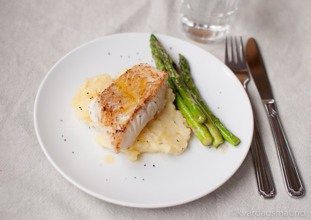 steikt torsk med potetmos, asparges og soyasmør