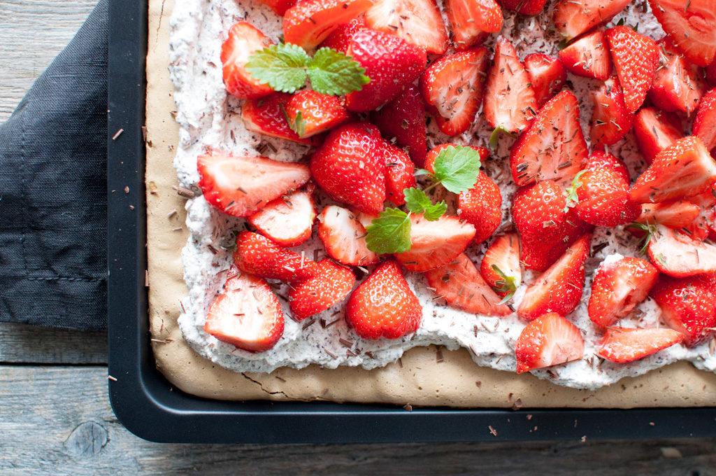 pavlova i langpanne med lakris, sjokoladekrem og jordbær