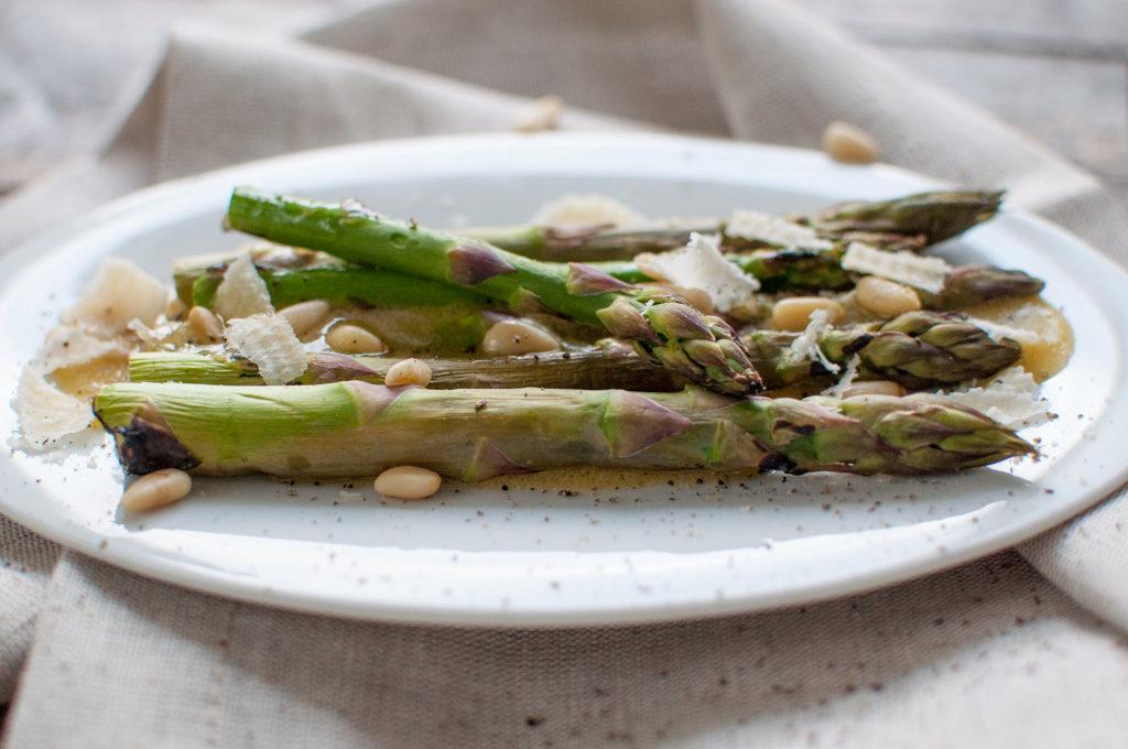 grilla asparges med sennepsvinaigrette