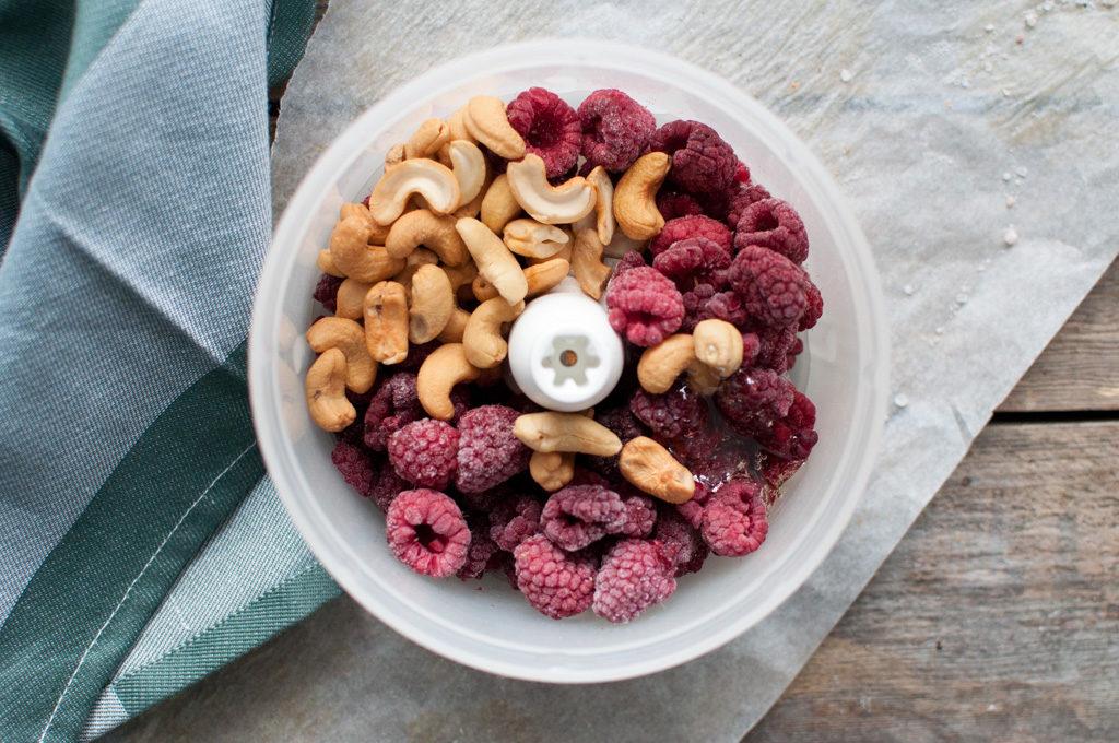 bringebær og cashewnøttiskrem