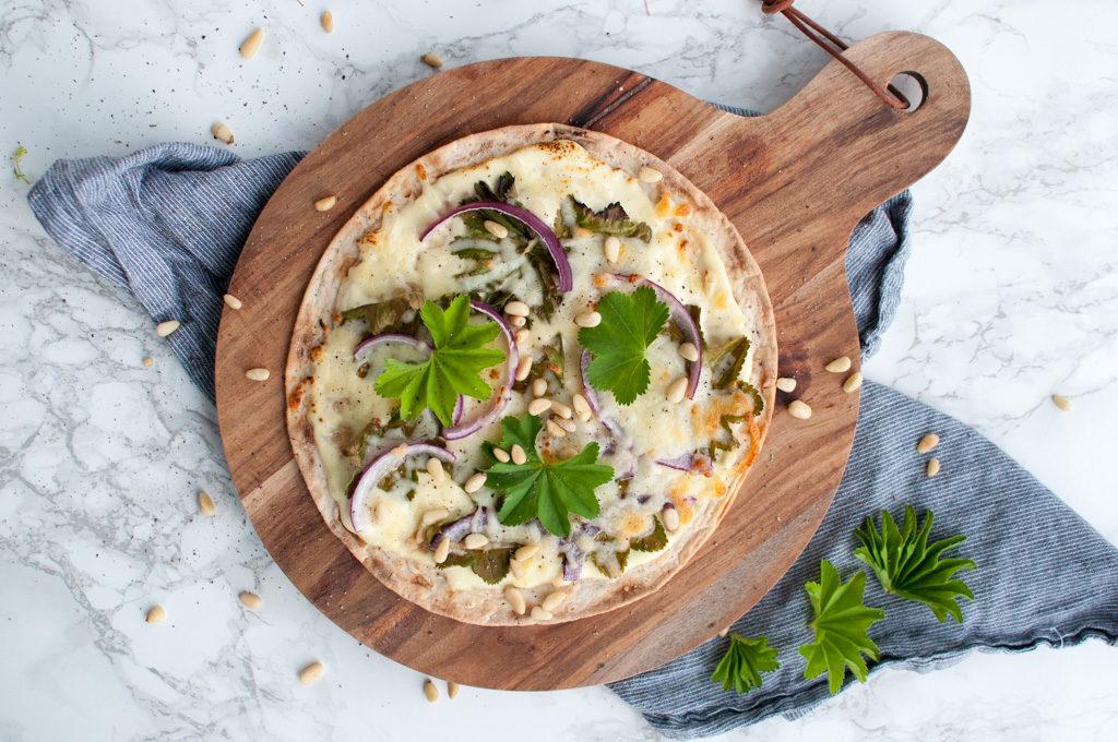 tortilla-pizza med marikåpe og pinjekjerner