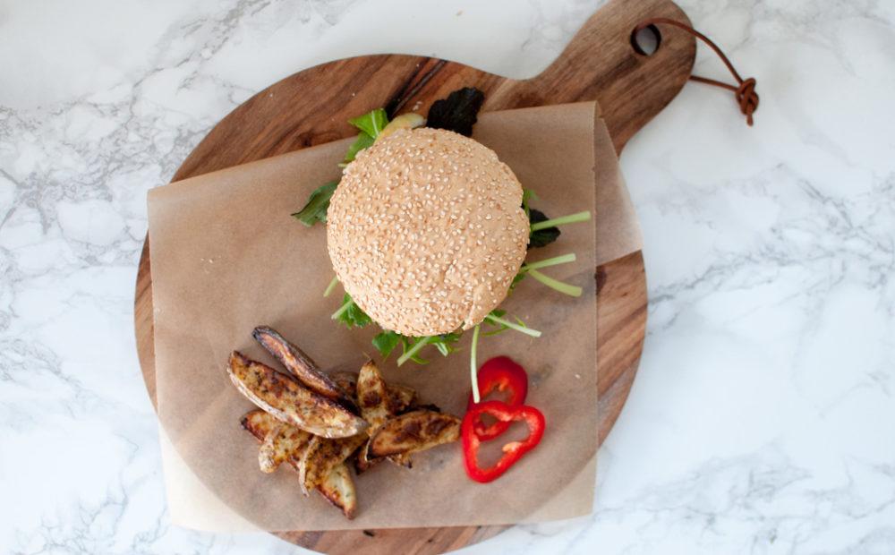 Chorizoburger med chilimajones og potetbåtar