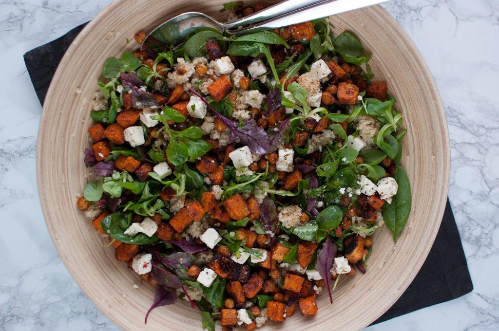 salat med quinoa og kikerter