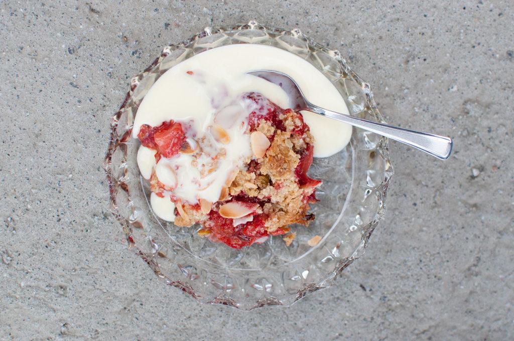 smuldrepai med jordbær, pistasjenøtter og mandelflak
