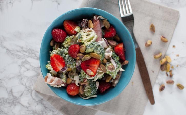 brokkolisalat med jordbær og pistasje