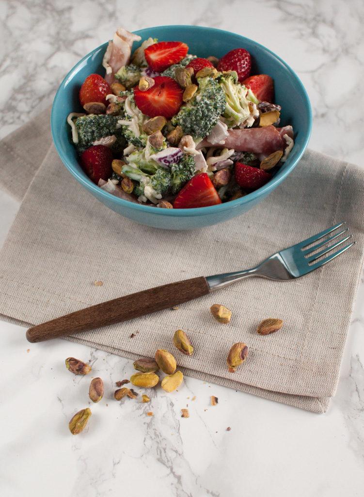 brokkolisalat med jordbær og pistasjenøtter