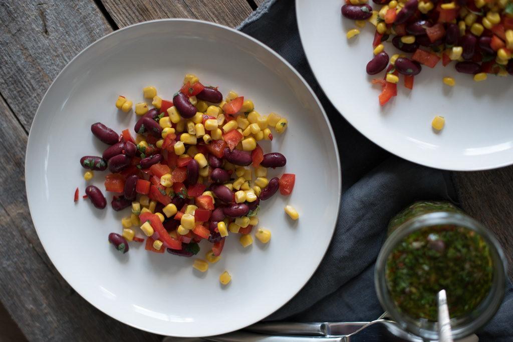 grillet kjøtt med maissalat og chimichurri