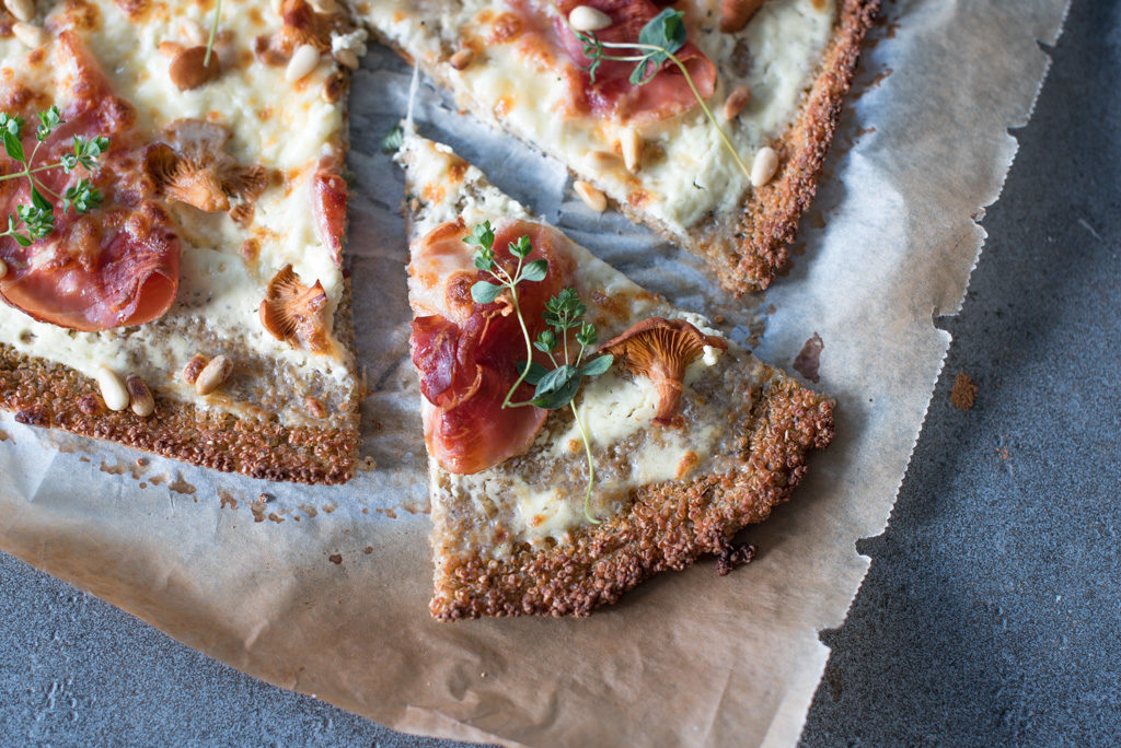quinoapizza med spekeskinke, kantarell og pinjekjerner