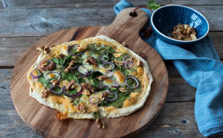 glutenfri kvit pizza med spinat, rødløk og valnøtter