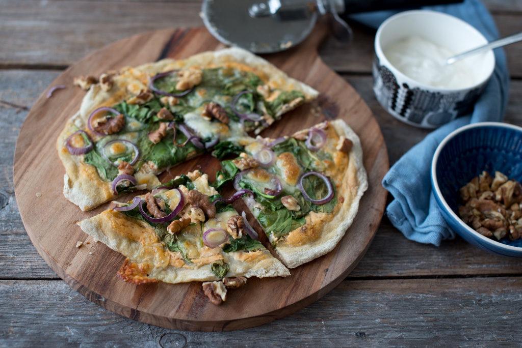 glutenfri pizza med spinat, rødløk og valnøtter