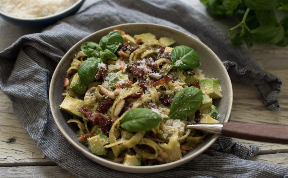 pasta med pesto, bacon og avokado