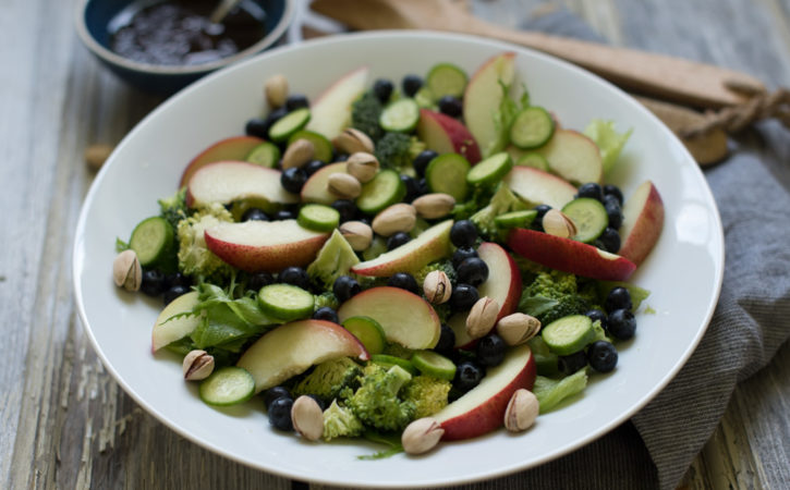 sommarsalat med nektarin, blåbær og pistasjenøtter