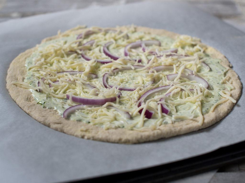 Glutenfri kvit pizza med ramsløk, røykt ørret og ruccola