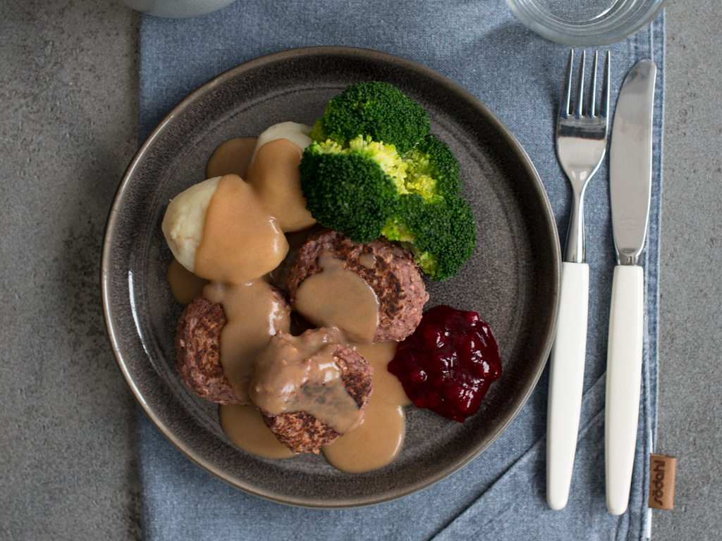 Nomeatballs med poteter og brun saus