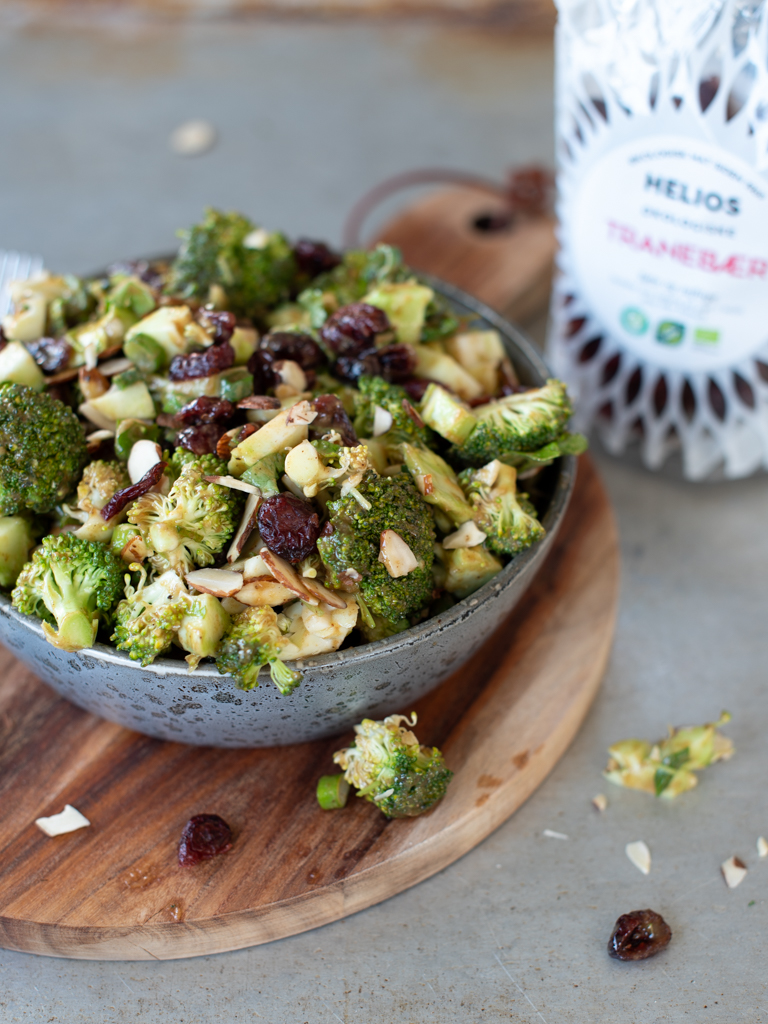 Brokkolisalat med tahinidressing og tranebær
