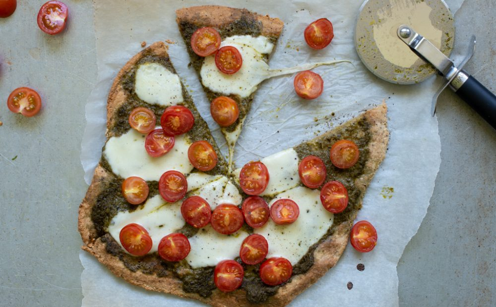 Proteinpizza med pesto, tomat og mozzarella
