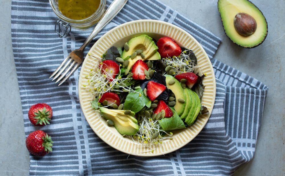 Sommarsalat med jordbær og avokado
