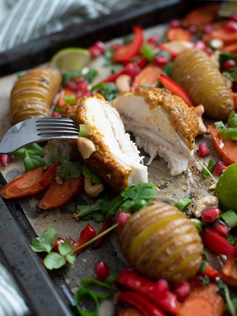 Omnssteikt kylling med gul pesto og hasselbackpoteter