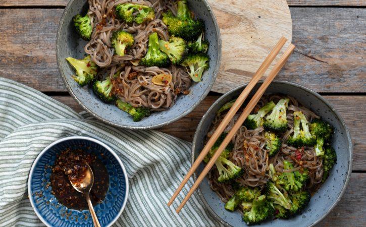 sobanudlar med steikt brokkoli og chili