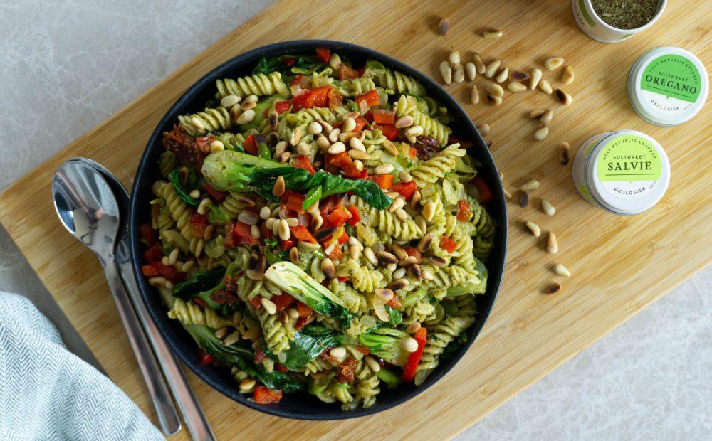 lun pastasalat med pesto og bok choy